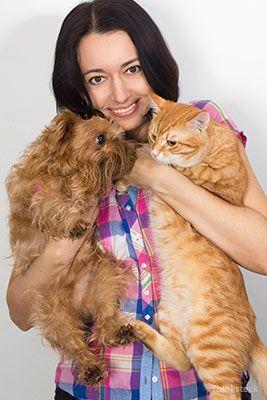 Donna che tiene un gatto e un cane